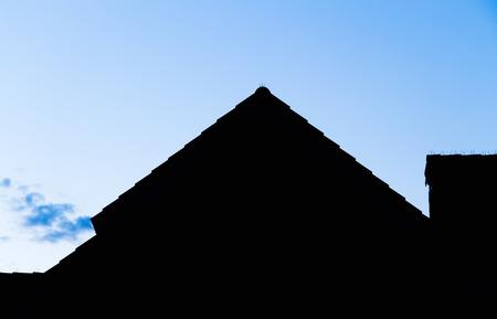 silhouette maison: Les contours de la maison privée contre le ciel du soir.