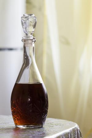 Die Karaffe von Cognac, der auf dem Küchentisch.