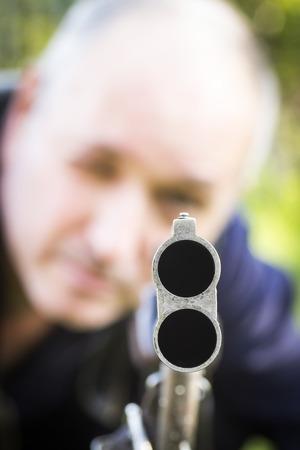 fusil de chasse: L'homme prend viser avec un gros plan de fusil de chasse. Banque d'images