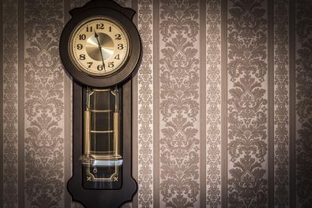 reloj de pendulo: Reloj de pared antiguo con un primer péndulo.