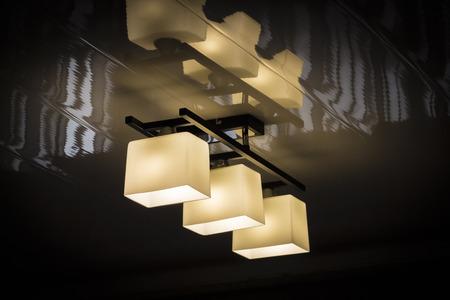에너지 절약 램프 근접 촬영과 집 천장 램프 스톡 콘텐츠