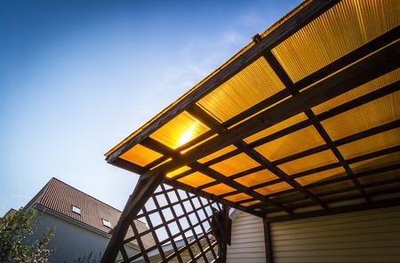 Het dak van de veranda van oranje polycarbonaat op blauwe hemelachtergrond. Stockfoto - 87105816