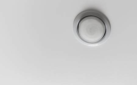 天井緊張天井の背景に引込められたランプのクローズ アップ。