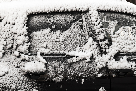 The car is covered with a thin layer of fresh snow. 版權商用圖片