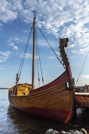 Viejo barco de madera ruso en una hermosa bahía en el muelle.