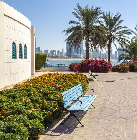 Beautiful park footpath along the city beach. Stockfoto