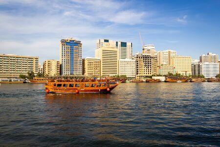 Dubai, Vereinigte Arabische Emirate - 1. Dezember 2018: Wassertaxis und Sportboote. Bezirk Deira. Dubai.