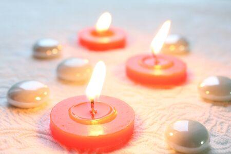 Řízení, romantické CandleLight na bílém pozadí s reliéfním vzorem Reklamní fotografie