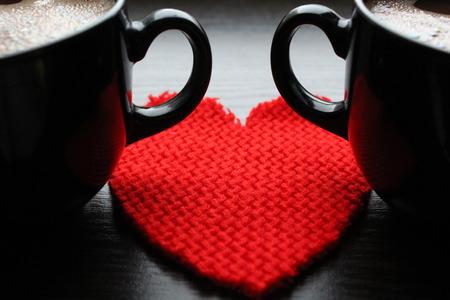 Dva šálky kávy a červené srdce