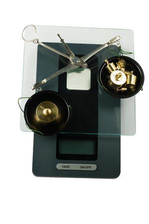 balanza de laboratorio: Escalas farmacia viejos con pesas se encuentran en balanzas electr�nicas. Aislado en el fondo blanco.