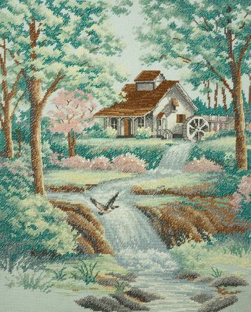 """molino de agua: Hecho a mano en punto de cruz """"Molino de agua"""" - mi propio trabajo. Molino de agua de pie en un r�o del bosque entre los �rboles."""