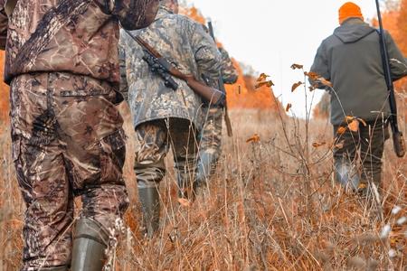 Groep jagers tijdens de jacht in het bos Stockfoto - 89109620