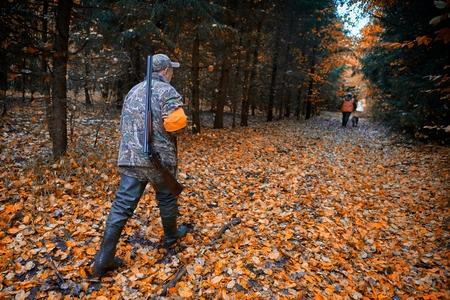 Grupa myśliwych podczas polowania w lesie