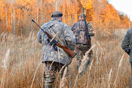 Groep jagers tijdens de jacht in het bos