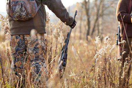 Afbeelding van geweer. jagers die wachten op de jacht om te beginnen. Achtervolging Stockfoto