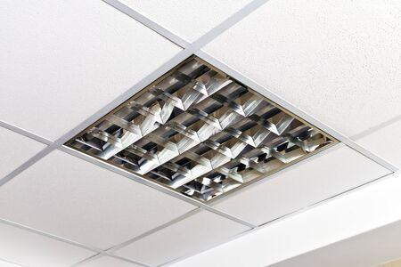 Moderne Lampe an der Decke der Büroräume