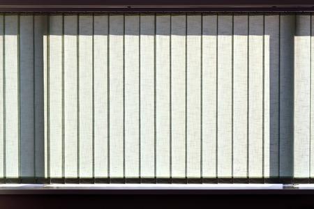Modernen vertikalen Jalousien auf das Fenster des Büro Lizenzfreie Bilder