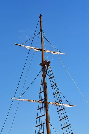 gaff: Mast of the ship