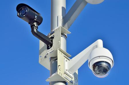 Sicherheits-Kamera auf blauer Himmel Hintergrund Nahaufnahme