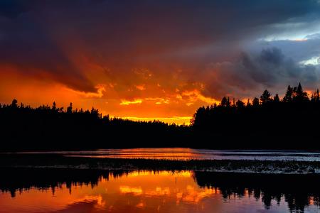 Dramatischer Sonnenuntergang am Fluss Chirko-Kem. Karelien, Russland