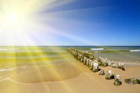 Ostseeküste, die Sonne und der Wellenbrecher Lizenzfreie Bilder