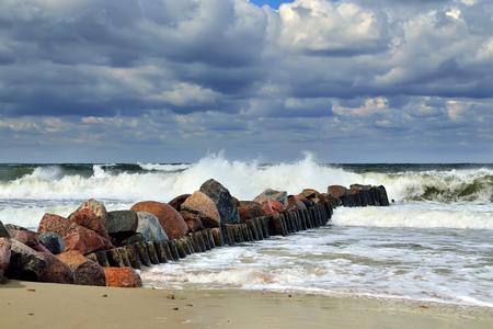 Stürmische Ostsee und Mole Lizenzfreie Bilder