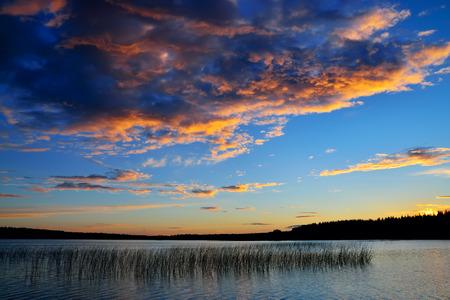 Schöner Sonnenuntergang auf dem Fluss Chirko-Kem. Karelien, Russland Lizenzfreie Bilder