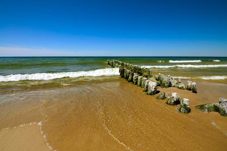 Ostseeküste und der alte Wellenbrecher Lizenzfreie Bilder