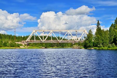Die Brücke über den Fluss Chirko-Kem. Karelien, Russland Lizenzfreie Bilder