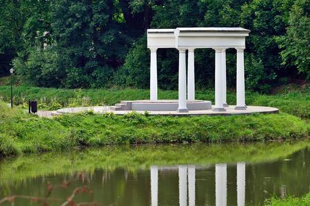Romantischer weißer Pavillon Lizenzfreie Bilder
