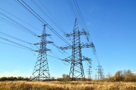 Reliance Stromleitungen Nahaufnahme auf den Himmel Hintergrund