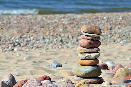 Turm von Kieselsteinen am sonnigen Strand