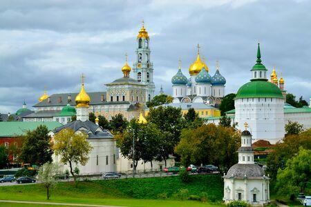 Sergiev Posad, Region Moskau, Russland - 15. August 2019: Blick auf die Trinity-Sergiev Lavra, das wichtigste russische Kloster und das spirituelle Zentrum der Russisch-Orthodoxen Kirche