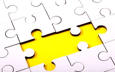 underlay: Rompecabezas con dos piezas desaparecidas que muestra el subsuelo amarillo
