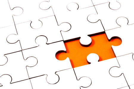 Puzzel met één stuk ontbrekende onthullen oranje achtergrond  Stockfoto