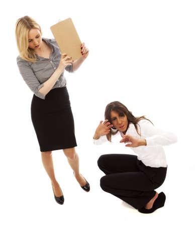 abusing: Lugar de trabajo una mujer abusar de otra sobre fondo blanco liso la intimidaci�n