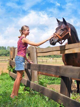 若い少女と馬