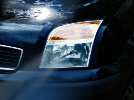 暗い車表面でムーンと雲の反射