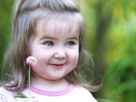 幸いにも日当たりの良い夏の日に笑みを浮かべてトレフォイルと小さな女の子。