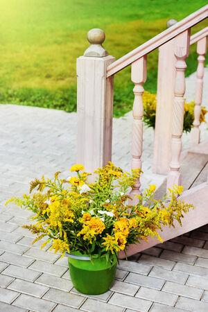 バケツの中の黄色の花 写真素材
