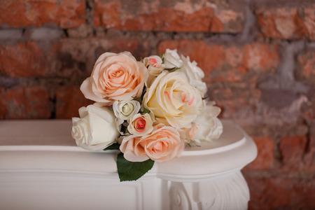白い棚の上のバラの花束