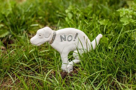 芝生の上の犬を禁止する犬の像