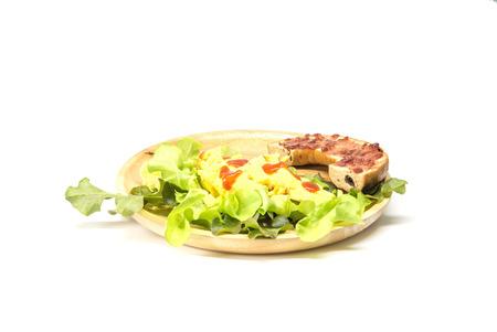 comida rica: Bagel con hierbas tortilla y frescas aisladas sobre el fondo blanco