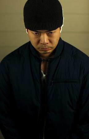 scoundrel: Un uomo molto serio asiatico con un sacco sulla sua mente.