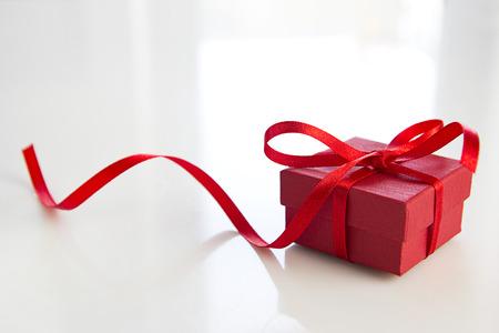 rode geschenk doos over witte tafel Stockfoto