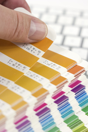 designer choosing proper color 免版税图像