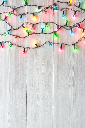 배경 흰색 페인트 널빤지 위에 크리스마스 조명
