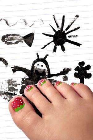 manicura: La pierna del ni�o alegre con pidicure terrible en la figura de los ni�os