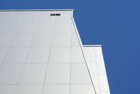 composite: Moderno sistema frontal. El edificio de muchos pisos revetted con paneles de metal