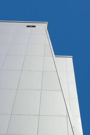 Modern front système. Les nombreux étages revetted avec panneaux métalliques